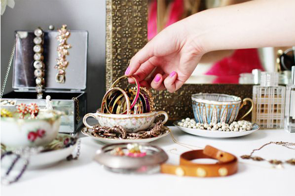 12 Beautiful Ways To Store Your Jewelry // teacups