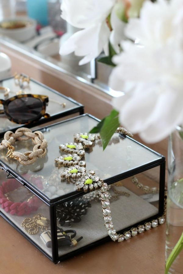 12 Beautiful Ways To Store Your Jewelry // clear boxes