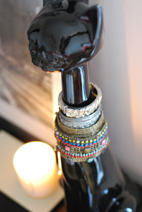 12 Beautiful Ways To Store Your Jewelry // Bracelet holder