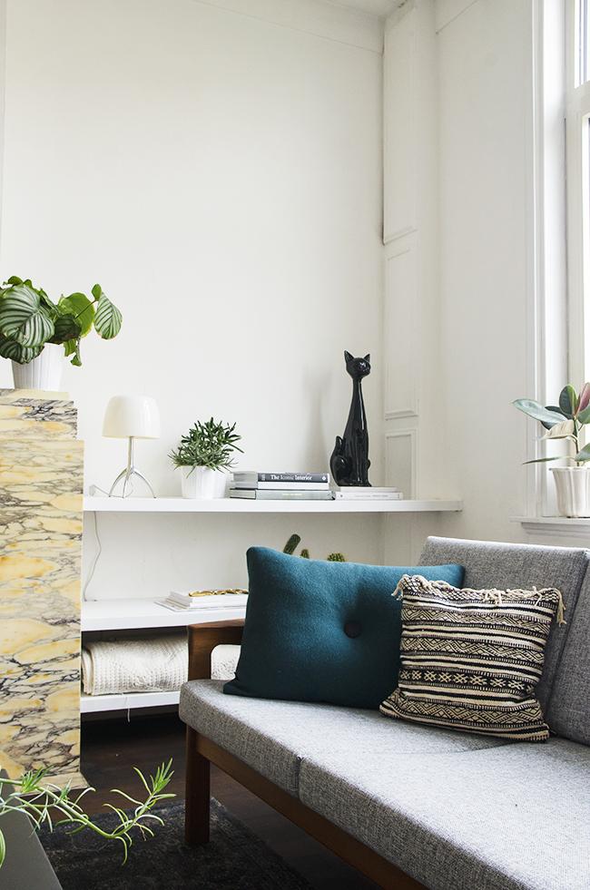 Plant filled midcentury modern living room - via noglitternoglory.com