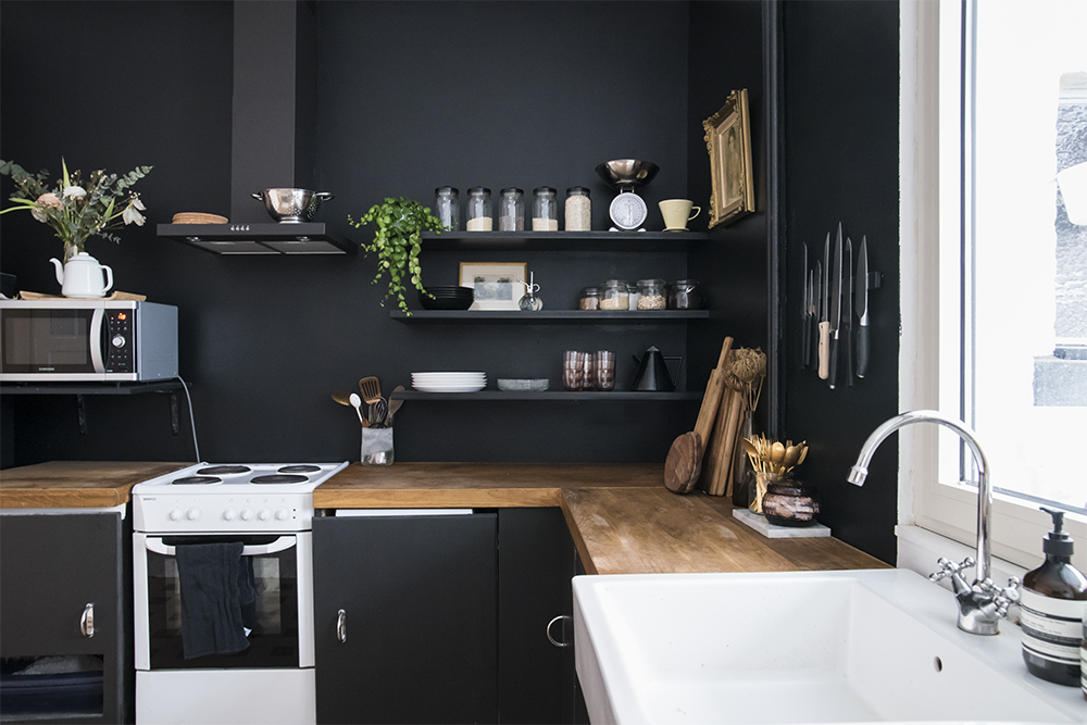Home renovation black kitchen walls with black kitchen for Black kitchen walls