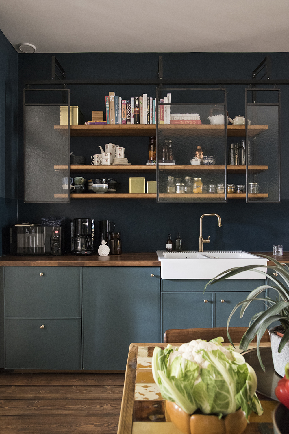 Moody kitchen in blue hues // Farrow & Ball Hague Blue and Inchyra Blue