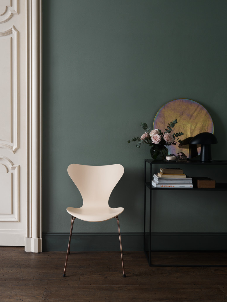 Designer profile Arne Jacobsen // white series 7 chairs - via noglitternoglory